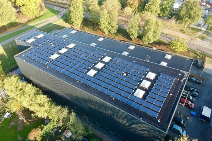 Een dak vol zonnepanelen voor RoosRos Architecten